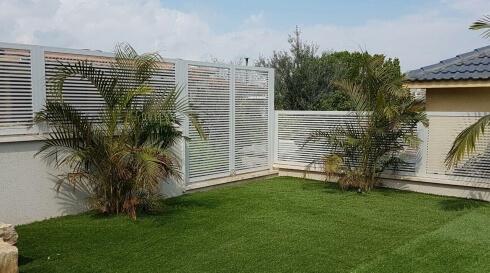 אלומיניום מסוגנן סביב הגינה