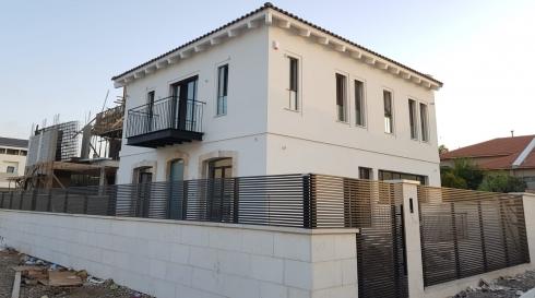 גדרות ושערים חשמליים מאלומיניום עמיד בתנאי מזג האוויר מקיפים את הבית לביטחון הדיירים