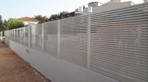 גדרות מאלומיניום דגם רצועות לבן