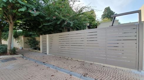 גדרות מאלומיניום העוטפים את הבית