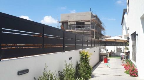 גדר אלומיניום מקיפה בית פרטי