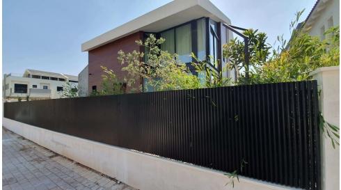 גדר הייטק מאלומיניום לאורך בית פרטי