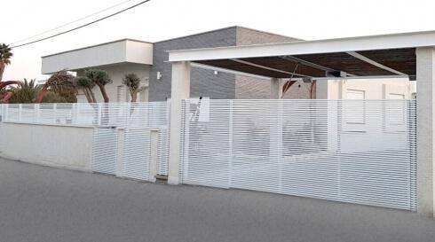 גדר ושער בשילוב בצבע לבן מעוצב רצועות