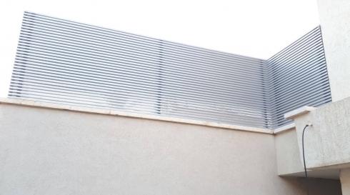 גדר צפה אלומיניום בצבע לבן