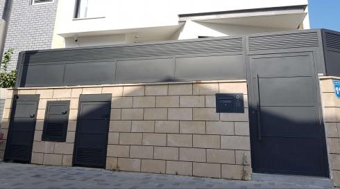דגם פנלים עם גדר ושער