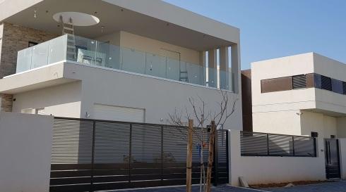 הפרדה בין הבית לרחוב עם מגוון שערים וגדרות