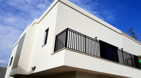 מעקה בצבע שחור במרפסת
