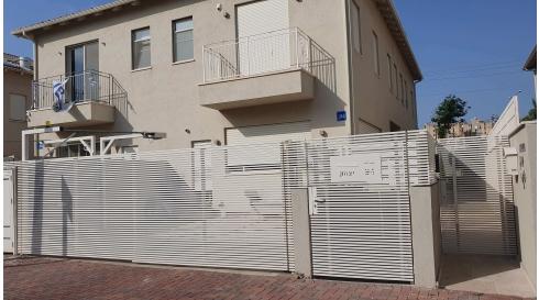 פתרונות גידור וחציצה בין הרחוב לבית