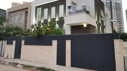 שערים וגדרות העוטפים את הבית בהתאם