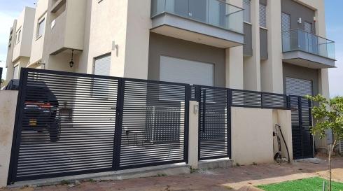 שערים לחניה ולכניסה של הבית