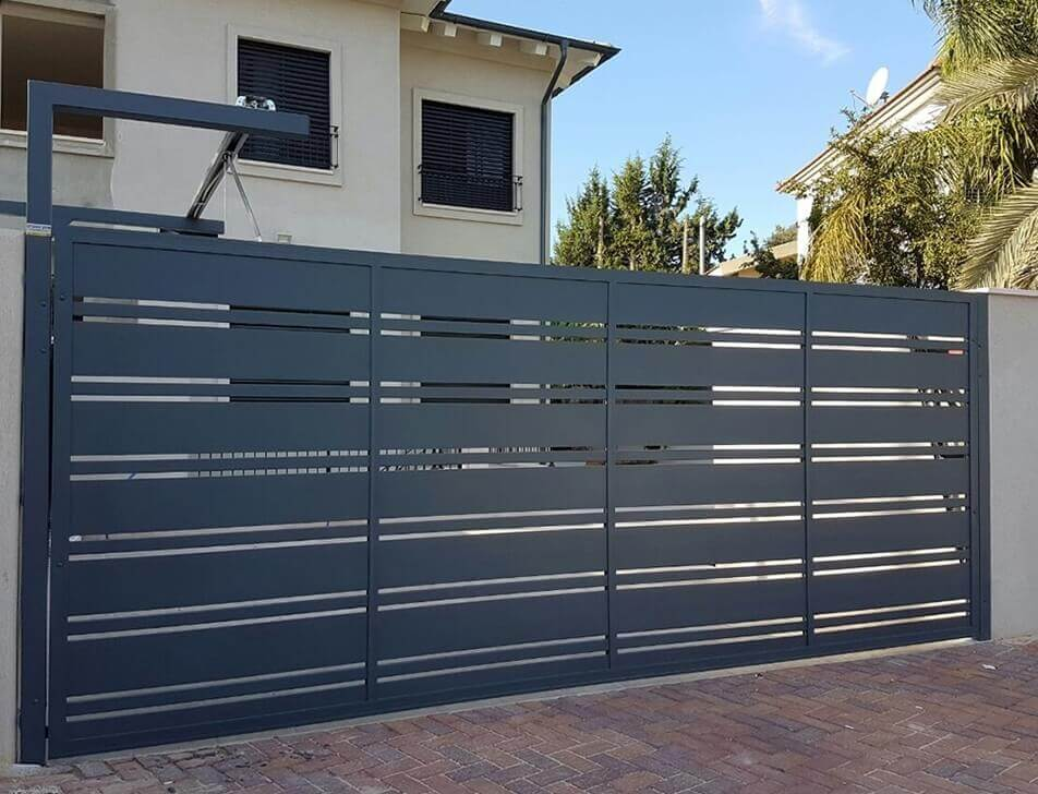 שער אלומיניום שחור בכניסה לבית