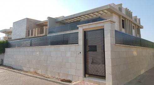 שער וגדרות המקיפים את הבית בעיצוב מיוחד סוג הייטק בצבע שחור