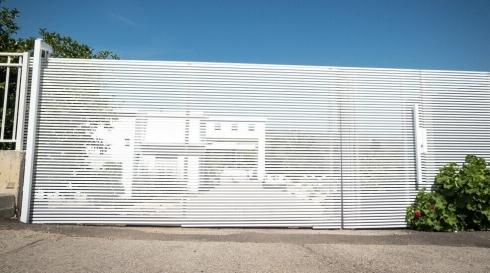 שער חשמלי לבית פרטי סגנון הייטק צבע לבן
