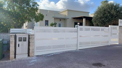 שער חשמלי לבן עידן שערים