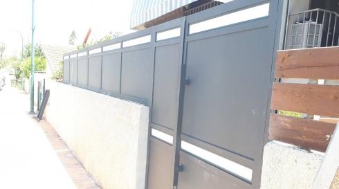 שער כניסה בשילוב גדר עם מעוטר בזכוכית