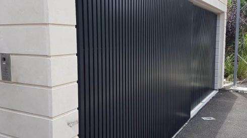 שער כניסה פסים בצבע שחור