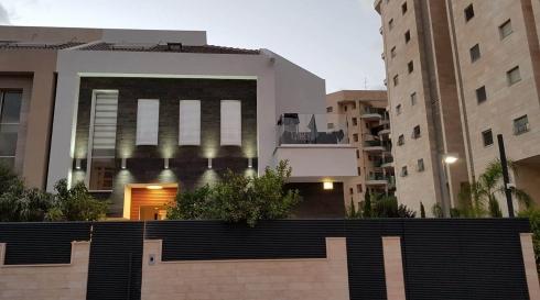 שער לבית בצבע שחור