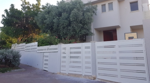 שער לבית וגדר בזיג זאג מותאם למבנה הבית כולו