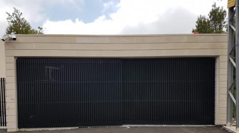 שער נגרר אלומיניום למחסן בית פרטי