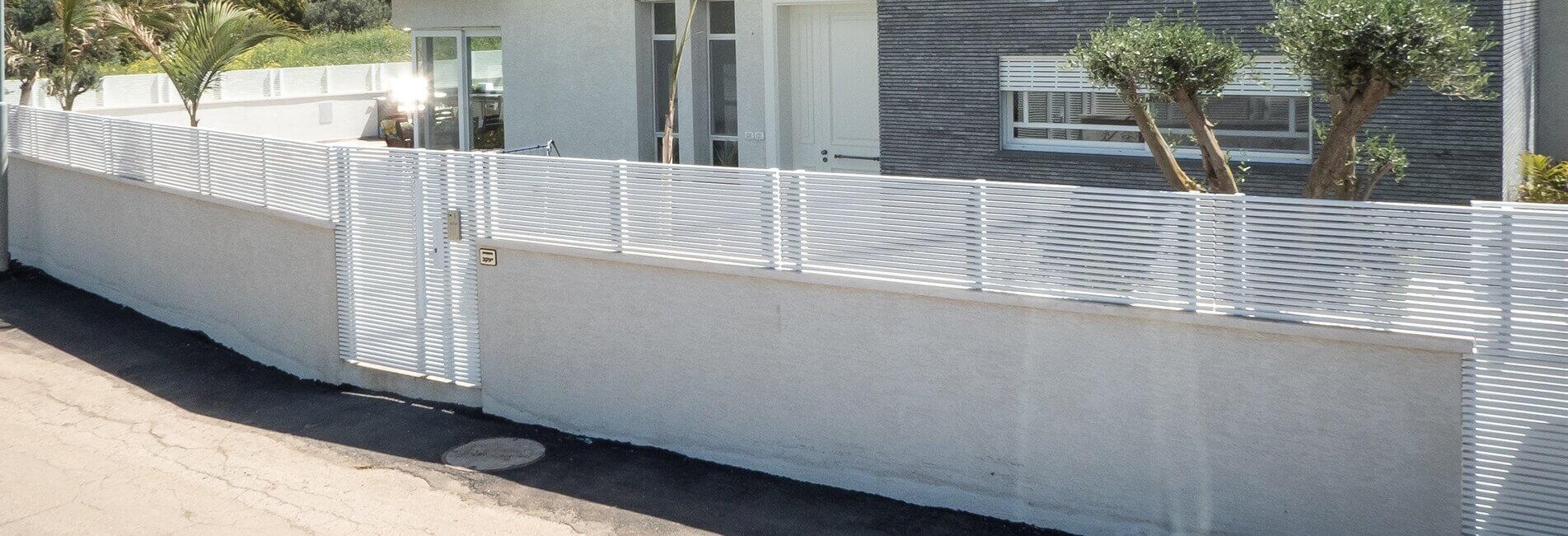 גדר אלומיניום לבן בכניסה לבית